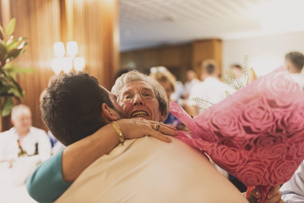 abrazar en la boda - aplazar la boda por el COVID19
